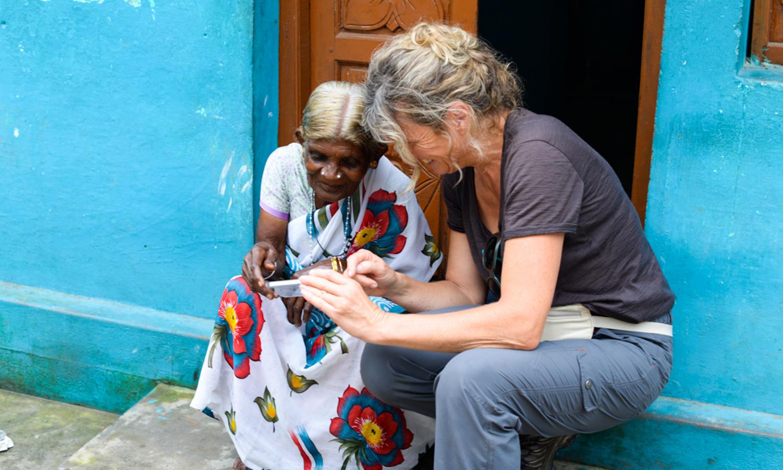 Accueil ATR - Echange de photo entre une voyageuse et une habitante - Kerala Inde - ©Tirawa